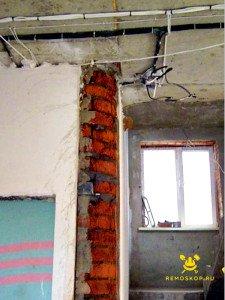 На фото - как подготовить угол стены к закруглению. Нанесение грунтовки