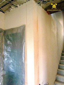 На фото изображен процесс закругления угла стены