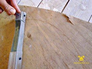 На фото изображена подготовка к созданию потолка с закругленными углами