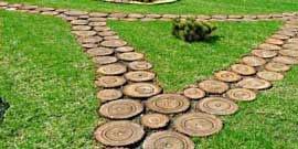 Дорожка из спилов дерева – как просто и со вкусом обустроить сад?