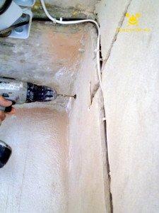 На фото изобрежено вкручивание шурупов в подготовленные на предыдщих щагах отверстия