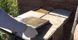 Извлечение тротуарной плитки из формы