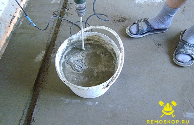Добавляем воду в соскобленный раствор