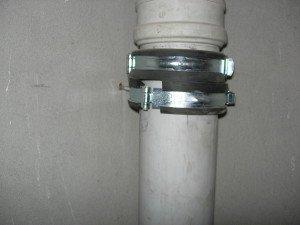 На фото - использование китайских хомутов для обжима труб вентиляции, ebereg.com