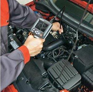 На фото - осмотр двигателя авто эндоскопом, eurolabpribor.ru