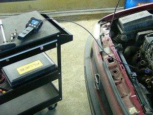 На фото - диагностика двигателя автомобиля видеоэндоскопом, checkengine-spb.ru