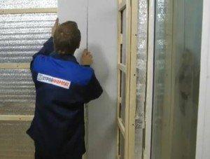 На фото - процесс крепления стеновых панелей, strport.ru
