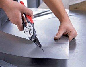 На фото - фигурная резка металлического листа ручными рычажными ножницами, scrcorp.ru