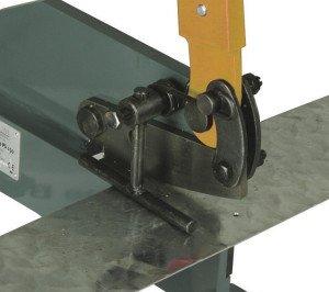 На фото - резка металла рычажными ножницами, uss-stanko.com