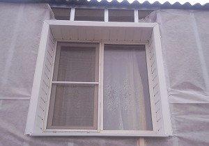 На фото - монтаж сайдинга вокруг окна, master-saydinga.ru