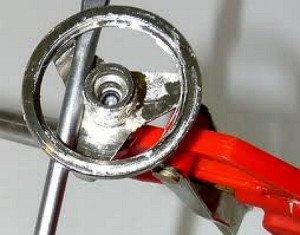 На фото - очистка засохшего пистолета от монтажной пены, easylife-ru.getdefault.com