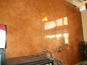 Фото нанесение декоративного лака на стену, покрытую акриловой краской, bazis-prom.ru