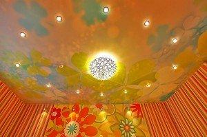 На фото - натяжной потолок с рисунком, natyazhnye-potolki.su