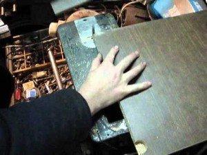 На фото - лобзиковый станок из швейной машины, youtube.com