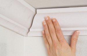 Как подогнать потолочный плинтус в углах – подготовка поверхности