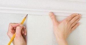 Как подогнать потолочный плинтус в углах – подготовка поверхности фото