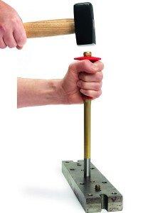 Фото процесса выбивания шплинта выколоткой, german-tools.ru