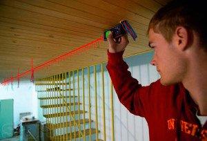 На фото - лазерная рулетка с точностью 1,5-2 мм, mymansion.ru