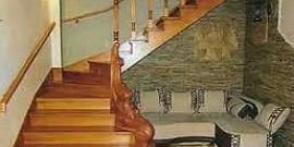 Деревянная поворотная лестница – решение для маленького помещения!