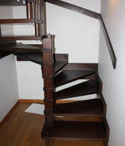 Фото поворотной лестницы с забежными ступенями, lesburg.ru