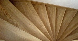 На фото - изогнутая поворотная лестница с забежными ступенями, semidelov.ru