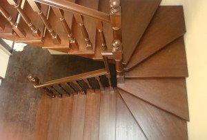 На фото - поворотная деревянная лестница с забежными ступенями, l-o-d.ru