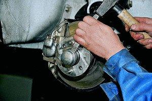 На фото - зубило и молоток вместо гаечного ключа, avtomasta.ru