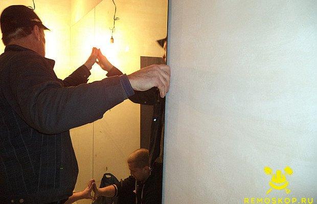 Прижимаем зеркало к стене