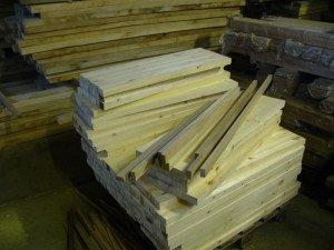 На фото - изготовление деревянных подоконников, balki.ru