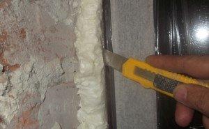 Чем удалить засохшую монтажную пену с дверей и окон – безопасные способы