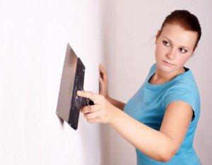 На фото - подготовка стен к поклейке обоев, mousebuild.ru