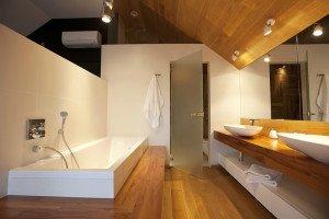 На фото - электропроводка в ванной загородного дома, pinwin.ru