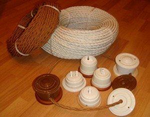 На фото - кабели и выключатели для электропроводки в деревянном доме, sk-ek.ru