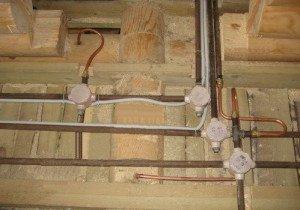 На фото - проведение скрытой электропроводки в деревянном доме, elektrikdom.com