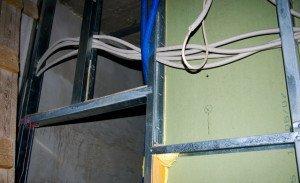 На фото - монтаж скрытой электропроводки под гипсокартон, dom.dacha-dom.ru