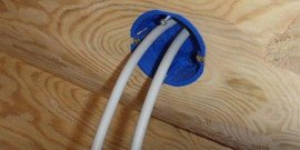 Скрытая проводка в деревянном доме – насколько она уместна?