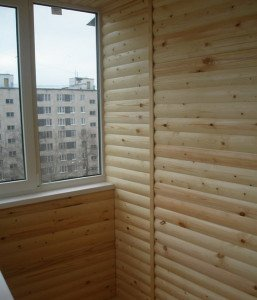 На фото - балкон с отделкой блок-хаус, klm-art.ru