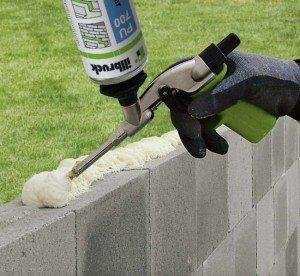На фото - полиуретановая клей-пена для кладки камня, lavensaari.ru