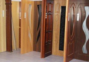 На фото - выбор цвета межкомнатных дверей, vashinstrument.ru/