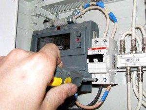 На фото - ремонт электропроводки, aktualinfo.ru