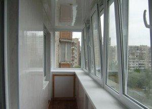 На фото - широкий подоконник на балконе, obalkonah.ru