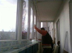 На фото - крепление подоконника на балконе, osteklenie-balkona.ru