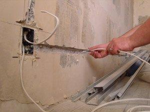 На фото - штробление стены для электропроводки, jelektroprovodka.ru