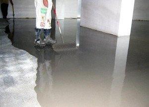 Фото нанесения быстросохнущего наливного пола на цементную стяжку, kamin-prof.ru