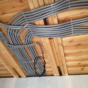 На фото - скрытая электропроводка в деревянном доме, kbtm.ru