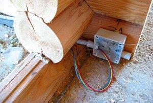 На фото - скрытая электропроводка в срубе, accbud.ua
