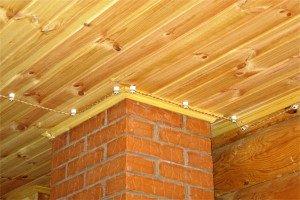На фото - открытая электропроводка в деревянном доме, stroitelstvodachi.com
