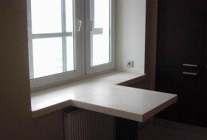 На фото - кухонный стол-подоконник из дерева, lghi-macs.ru