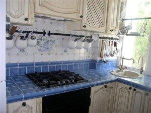 Фото стола с керамической плиткой, kitchenguide.ru