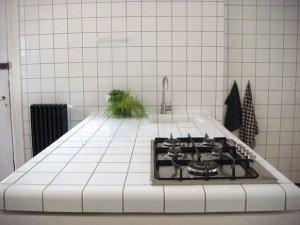 На фото - белая столешница из керамической плитки, 1poplitke.ru